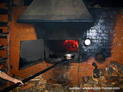 tungku kayu api zaman belanda Tip Top Restaurant, Lunch room, Bakery and Cake Shop