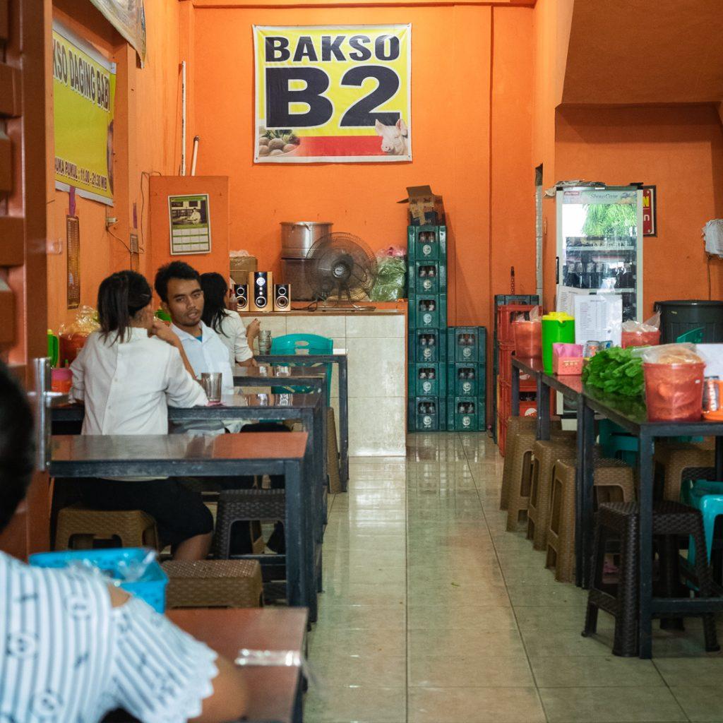 Interior sederhana dari kedai bakso Arthur